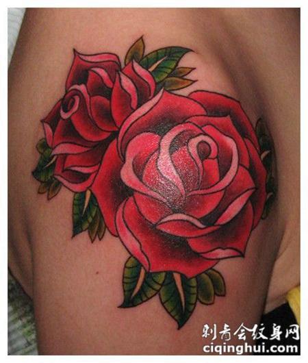 大臂上的玫瑰花纹身图案