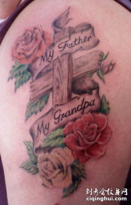 大臂上的玫瑰花十字架纹身图案
