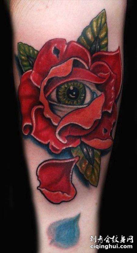 大臂上的玫瑰眼睛纹身图案