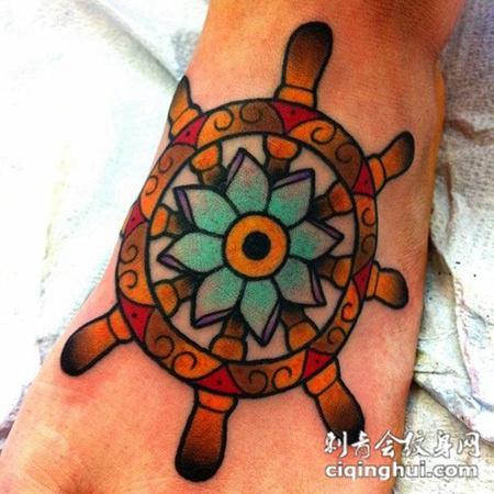 脚面上的船舵花朵纹身图案图片