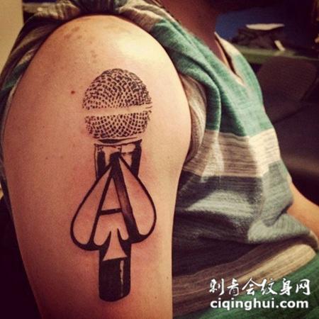 大臂上的麦克风纹身图案