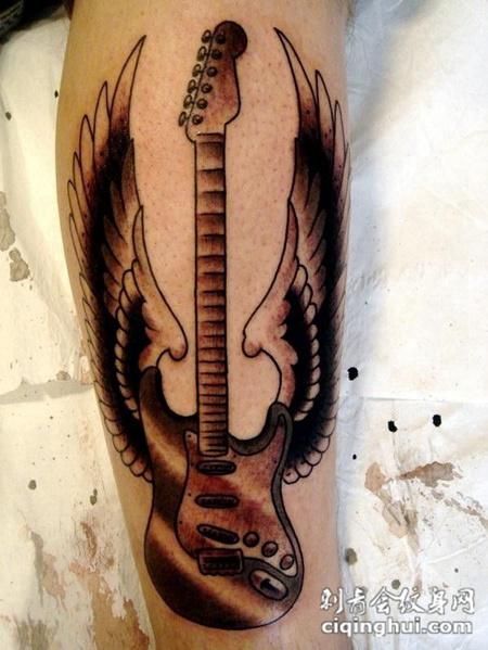小腿上的翅膀吉他纹身图案
