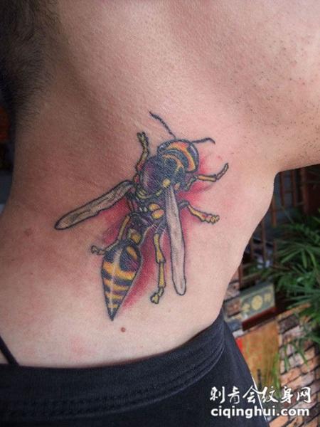 脖子上的蜜蜂纹身纹身图案