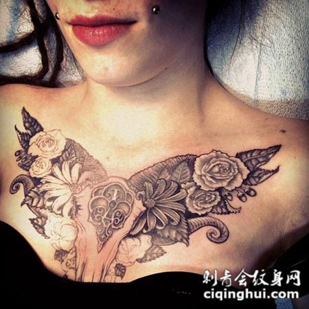 胸前的羊头骨花朵纹身图案