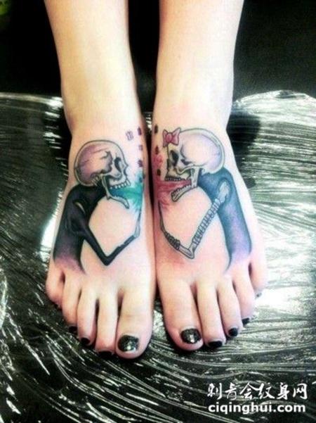 脚面上的小骷髅纹身图案