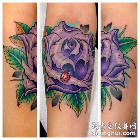 小臂上的玫瑰花纹身图案