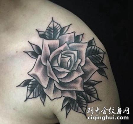 肩部上的玫瑰花纹身图案