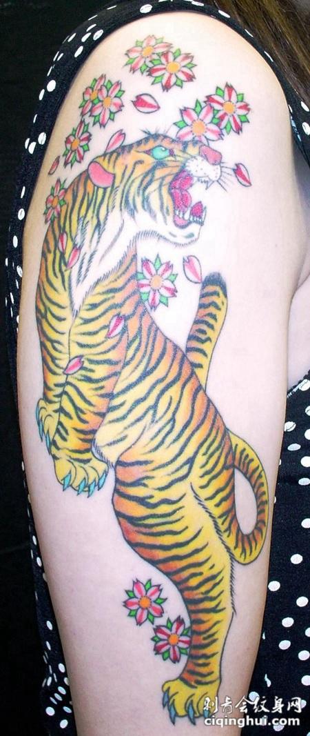 大臂上的老虎樱花纹身图案