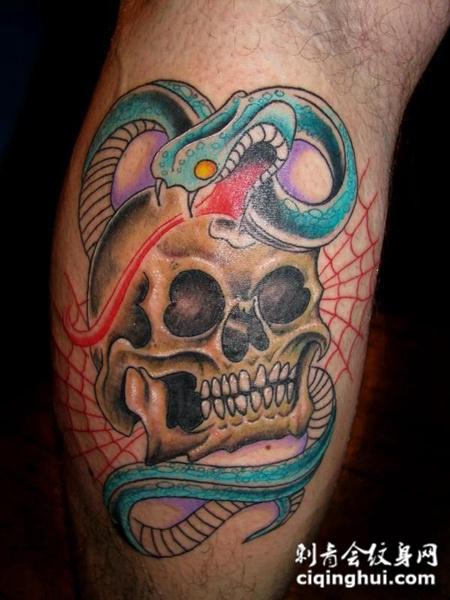 小腿上的骷髅蛇纹身图案