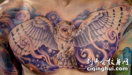 胸前的猫头鹰纹身图案