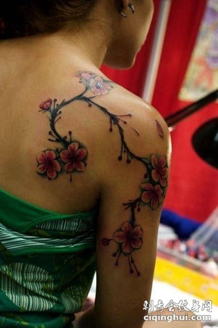 后背上的樱花纹身图案
