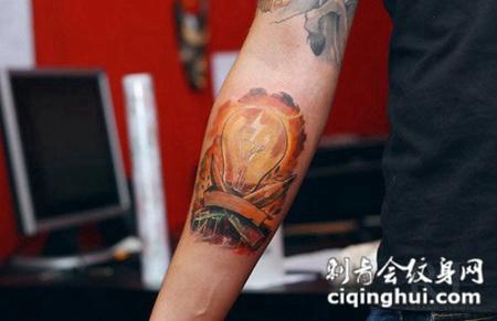 小臂上的灯泡纹身图案