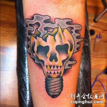 小臂上的骷髅灯泡纹身图案