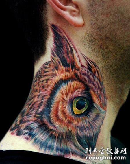 脖子上的猫头鹰纹身图案