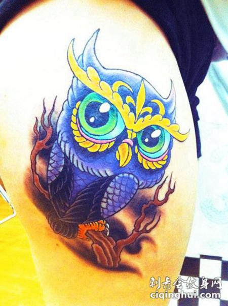 大臂上的的猫头鹰纹身图案