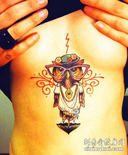 胸前的卡通猫头鹰纹身图案