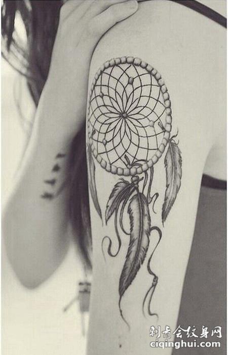 大臂上的捕梦网纹身图案