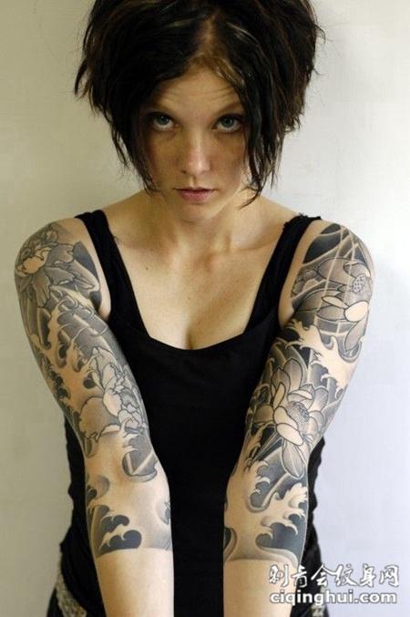 半臂水中莲花纹身图案