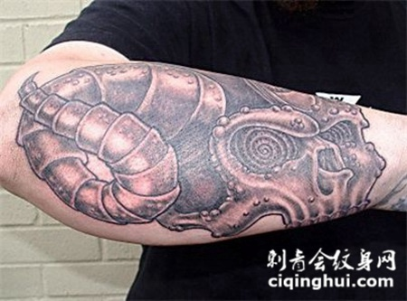 小臂上的尖角骷髅纹身图案