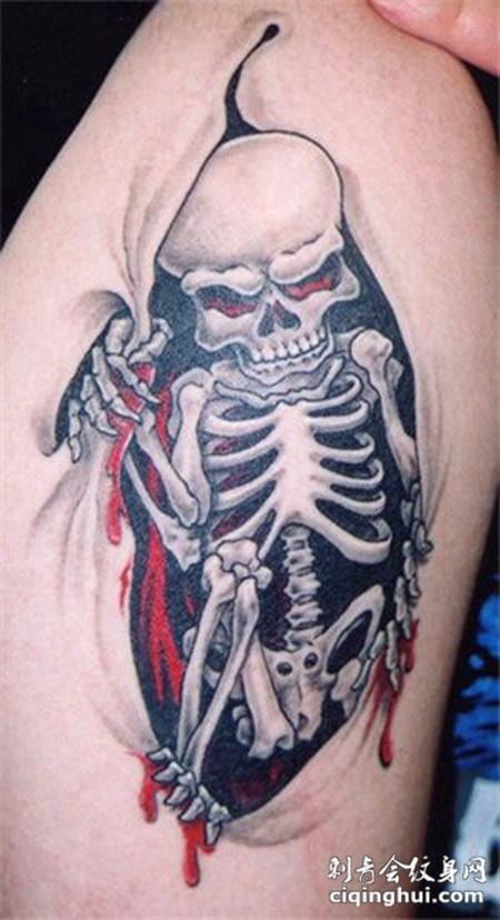 大臂上的撕皮骷髅纹身图案