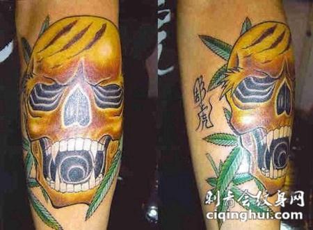 小腿上的金色骷髅纹身图案