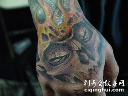 手背上的骷髅头纹身图案