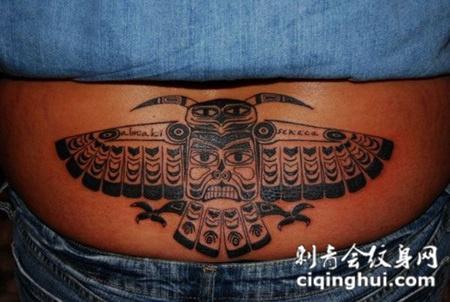 腹部上的猫头鹰纹身图案