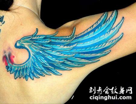 后背上的蓝色翅膀纹身图案
