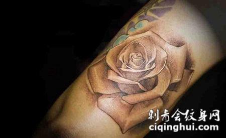 小臂上的黑灰色的玫瑰花纹身图案