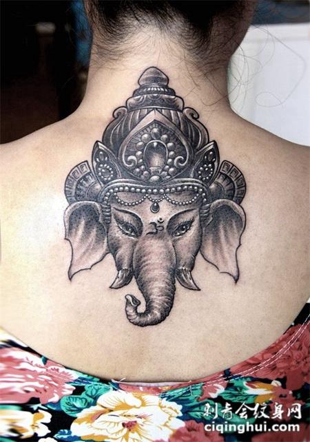 后背上的象神纹身图案
