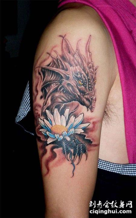 大臂上的恶龙昙花纹身图案