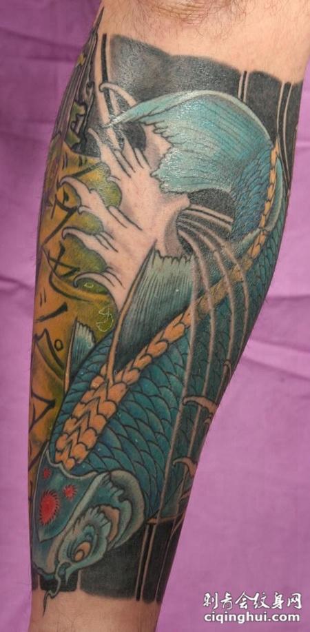 小臂上的鲤鱼浪花纹身图案