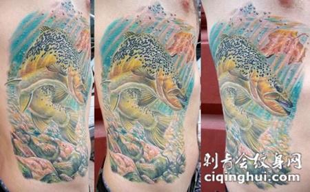腰侧的海底世界纹身图案