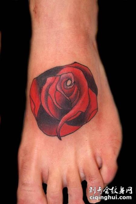 脚面上的玫瑰花纹身图案