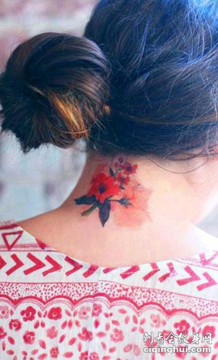 脖子后面的玫瑰花纹身图案
