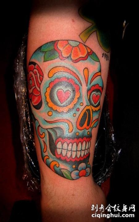 大臂上的骷髅头花纹纹身图案