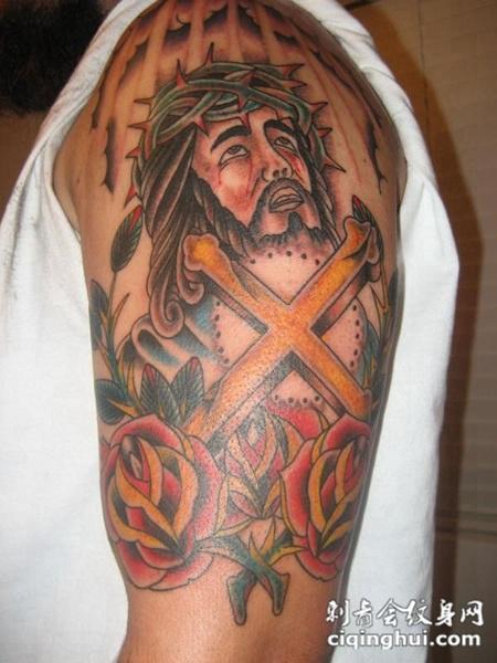 大臂上的耶稣玫瑰花纹身图案