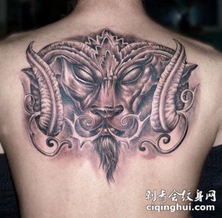 后背上的尖角恶魔纹身图案图片