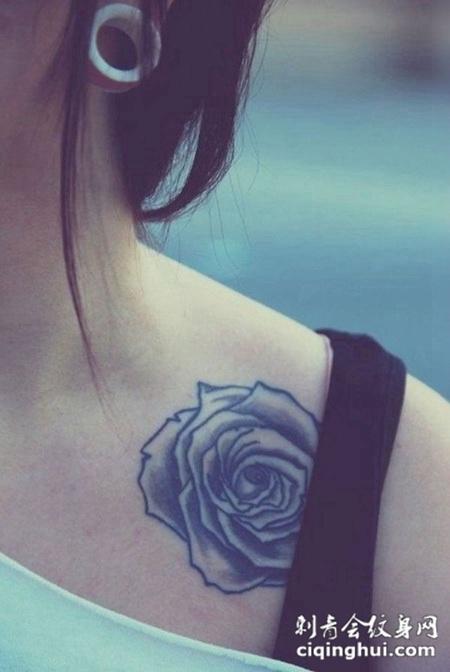 锁骨处的玫瑰花纹身图案