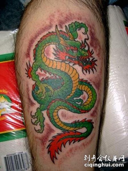 小腿上的绿色龙纹身图案