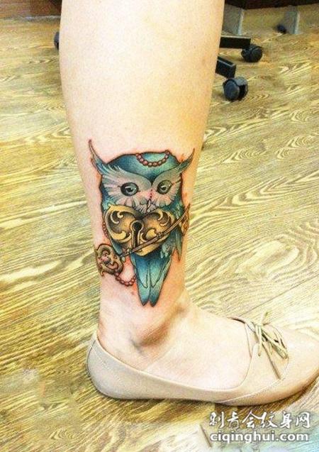 小腿上的猫头鹰钥匙锁纹身图案