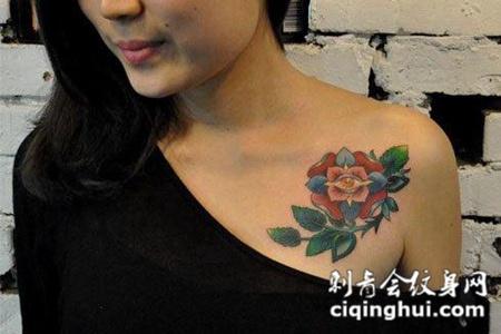 胸前的玫瑰花的纹身图案