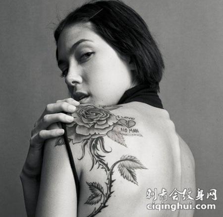美女后背上的玫瑰花纹身图案