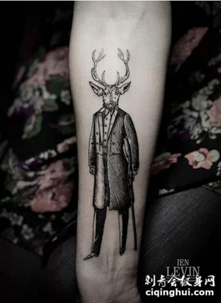 小臂上穿着西装的鹿头人纹身图案