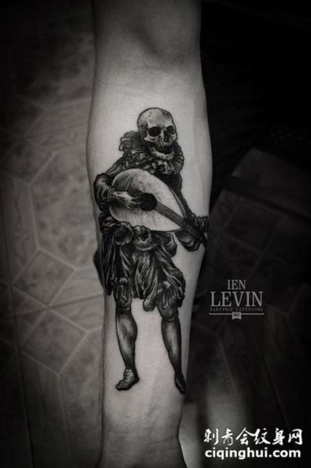 小臂上的弹琵琶的骷髅头纹身图案