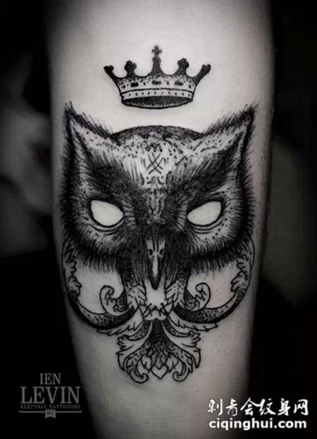 大臂上的猫头鹰皇冠纹身图案