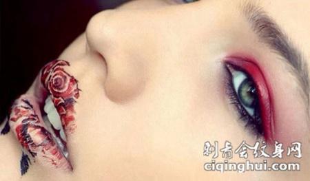 嘴唇上的玫瑰花纹身图案