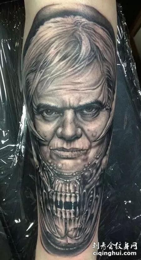 大臂上的骷髅男士纹身图案