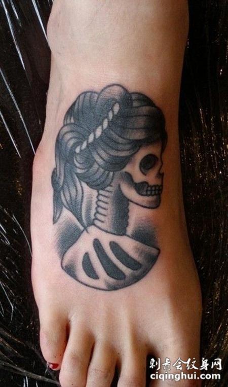 脚面上的女性骷髅纹身图案