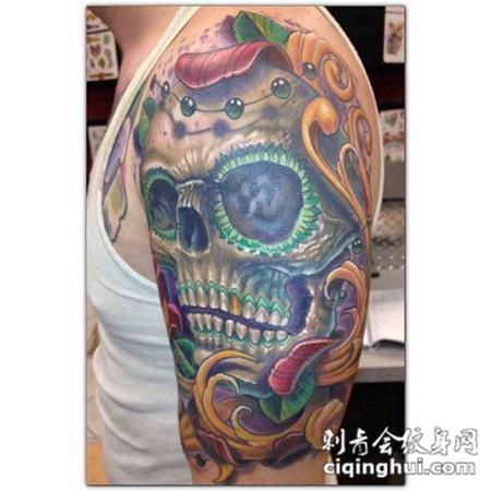 大臂上的骷髅头花朵纹身图案